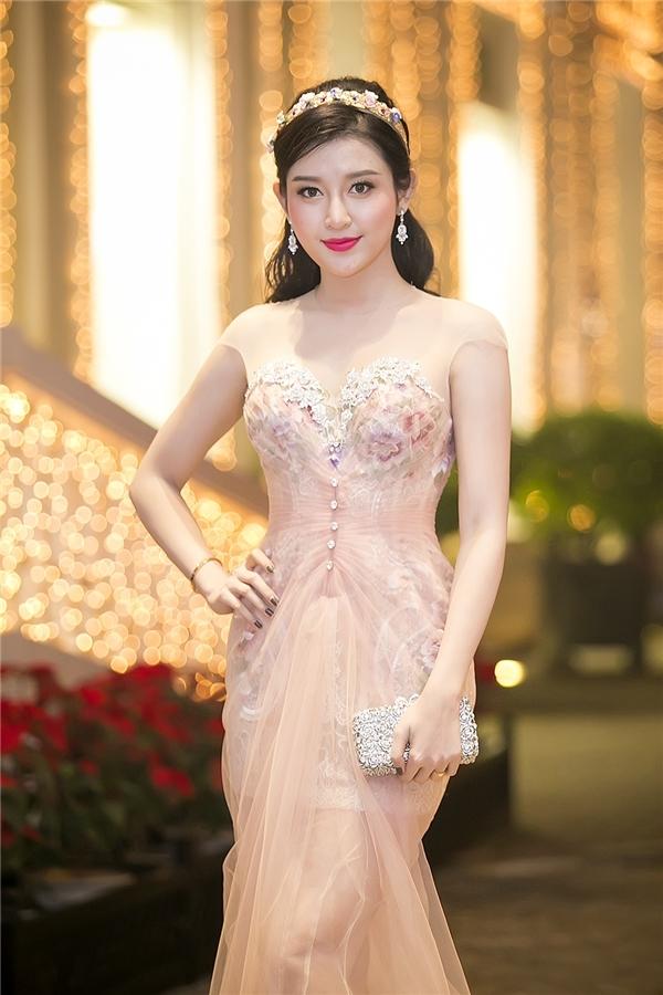 Huyền My cũng thường ưa chuộng những bộ váy tôn dáng, có màu sắc nhẹ nhàng, ngọt ngào đôi khi khiến người xem phải đỏ mặt vì nhìn nhầm.
