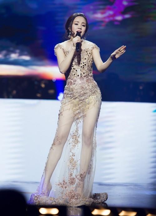 Sau khi sinh con và trở lại với công việc, Vy Oanh cũng có cú lột xác ngoạn mục với vẻ ngoài ngày càng gợi cảm hơn. Nữ ca sĩ cũng không hề thua chị, kém em trên một sân khấu tại Mỹ với thiết kế ôm sát, phô diễn trọn vẹn đường cong cơ thể.
