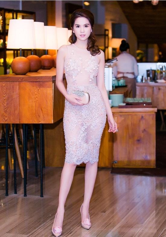 Ngọc Trinh cũng từng tỏa sáng với phom váy ngắn ôm sát, chất liệu xuyên thấu kết hợp đá, cườm đính kết kì công.