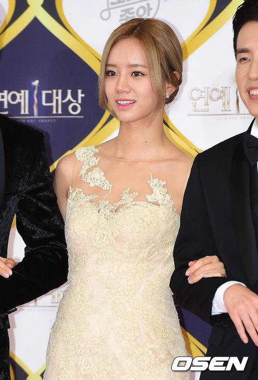 Hyeri (Girl's Day) gợi cảm với chiếc đầm ánh vàng bên canh là Lee Hwi Jae và Yoo Hee Yeol. Cả ba đảm nhận nhiệm vụ MC dẫn dắt lễ trao giải.