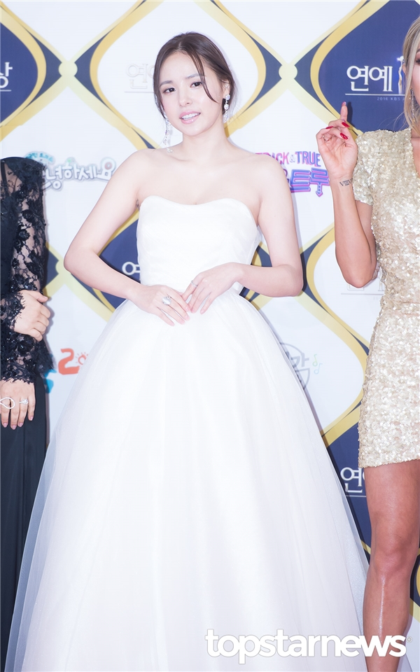 Bạn gái Taeyang, Min Hyo Rin xuất hiện như một thiên thần trong chiếc đầm trắng.