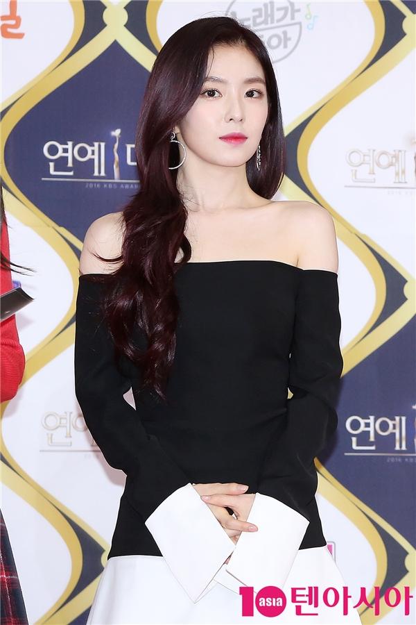 Irene (Red Velvet) cũng lung linh không kém các đàn chị. Hoạt động tại nhà đài KBS nổi bật nhất năm nay của cô chính là vai trò MC chương trình Music Bank bên cạnh Park Bo Gum.
