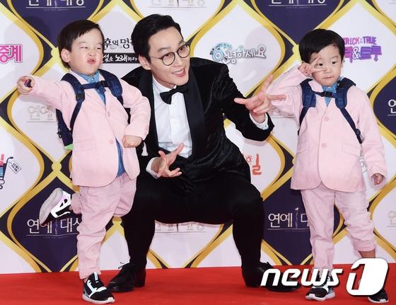 Lee Hwi Jae và cặp song sinh kháu khỉnh