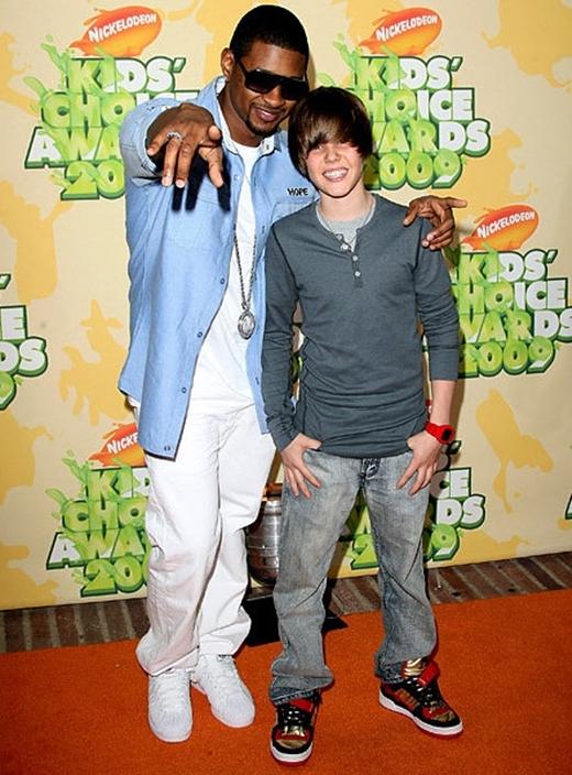 """Justin Bieber lúc này còn là một cậu nhóc tuổi teen với mái tóc """"vàng hoe"""" che cả phần trán."""