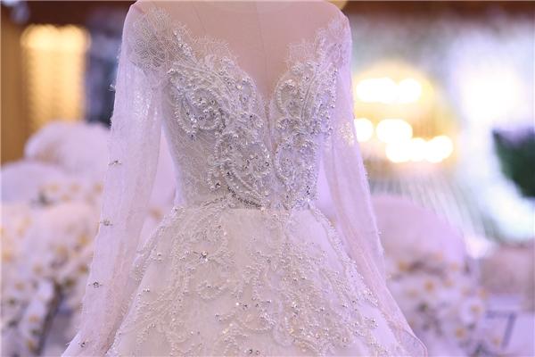 10.000 cũng là số lượng đá, pha lê được sử dụng đính kết cho 2 bộ váy cưới của Hari Won nhằm tăng thêm độ bắt sáng cho trang phục trong buổi tiệc đêm.