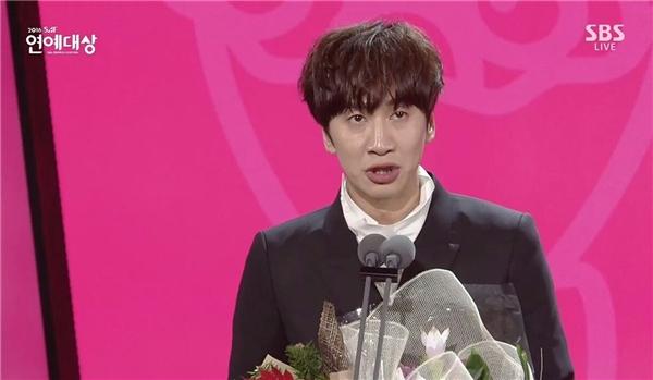 Dàn sao Running Man rưng rưng trước bài phát biểu của Lee Kwang Soo