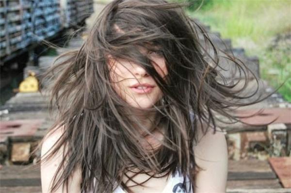 Xoay đầu để tóc tung bay. (Ảnh: internet)