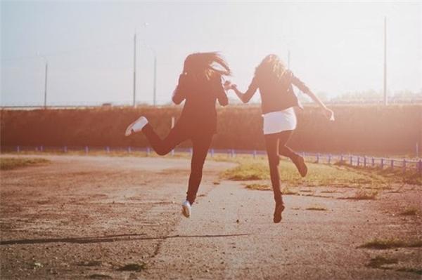 Nhảy và tạo dáng trên không. (Ảnh: internet)