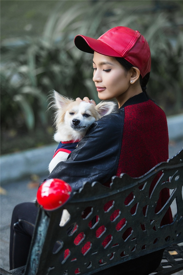 Trương Thị May ăn diện cực chất, đưa cún cưng xuống phố