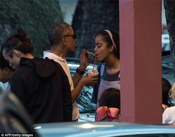 Hình ảnh hết sức dễ thương của bố con Obama.