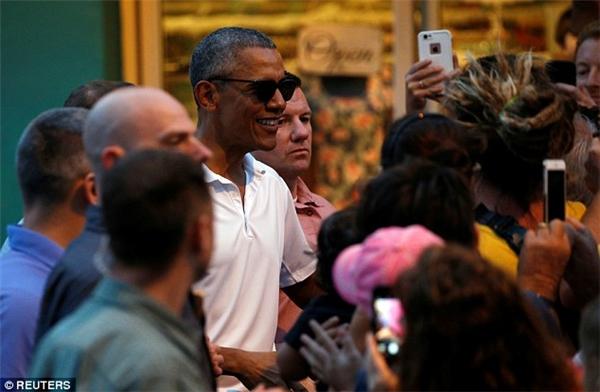 Tan chảy cảnh Tổng thống Obama đút kem cho con gái ăn
