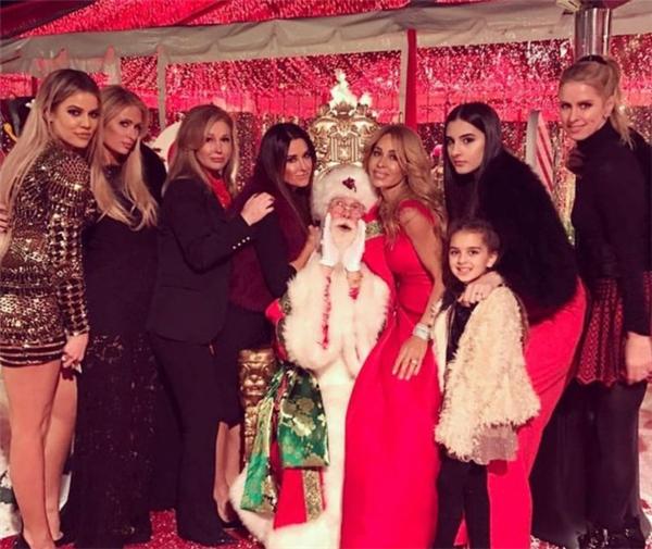 Paris Hilton và em gái tới dự tiệc Giáng sinh thân mật của nhà Kardashian.