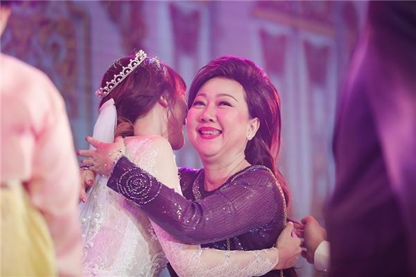 Cô dâu Hari Won hạnh phúc trong vòng tay mẹ chồng. - Tin sao Viet - Tin tuc sao Viet - Scandal sao Viet - Tin tuc cua Sao - Tin cua Sao