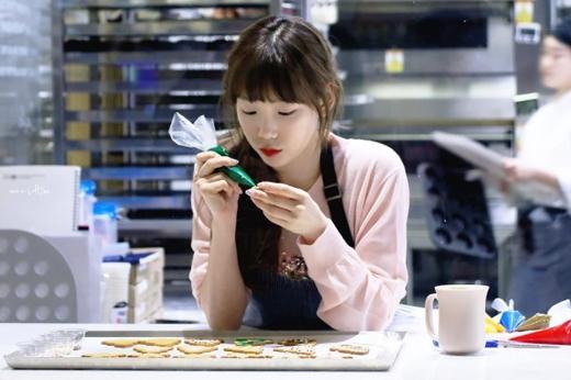 Taeyeon khiến fan phát sốt với hình ảnh trang trí bánh Giáng sinh