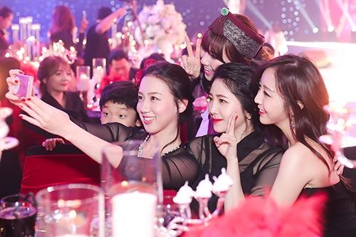 Maria (trung tâm bức ảnh)là em gái thứ hai bay từ Hàn Quốc về Việt Nam để dự lễ kết hôn của chị. - Tin sao Viet - Tin tuc sao Viet - Scandal sao Viet - Tin tuc cua Sao - Tin cua Sao