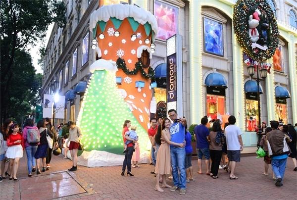 Mặc dù có màu sắc khá lạ so với sắc màu Giáng sinh truyền thống, tiểu cảnh này vẫn thu hút khá đông giới trẻ cùng bạn bè, gia đình tới vui chơi và chụp hình.