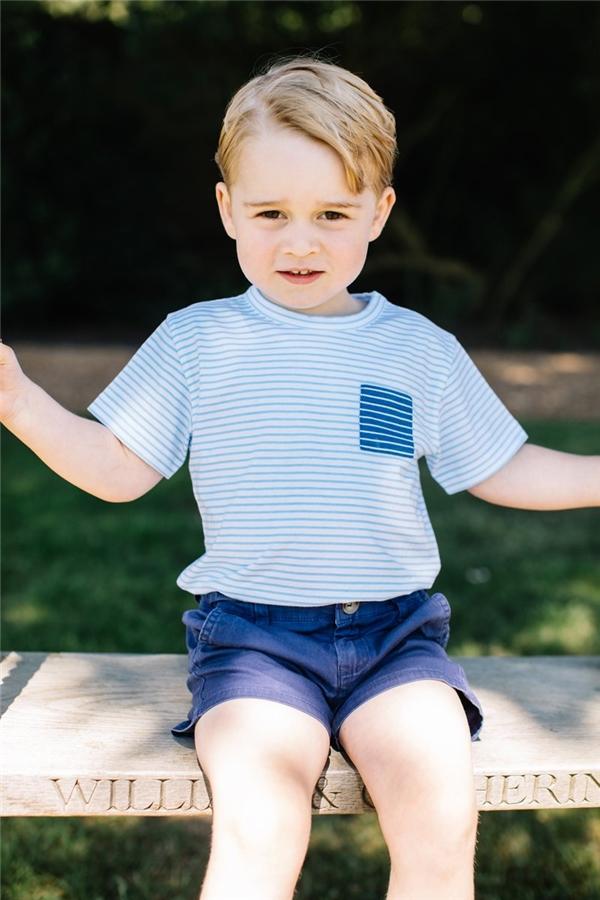 Hoàng tử George của nước Anh luôn xuất hiện với chiếc quần short.