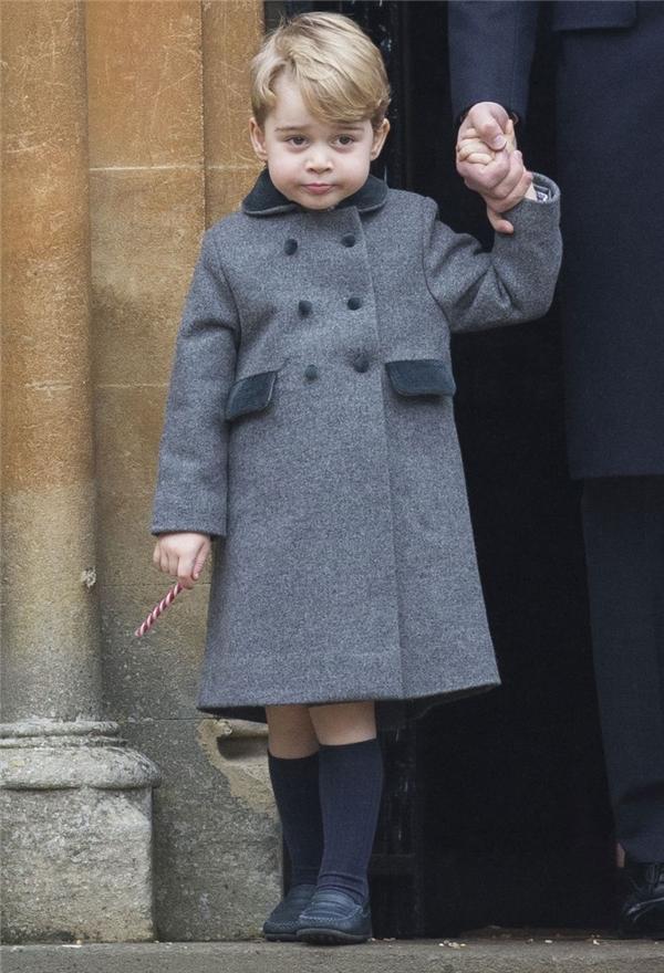 Thậm chí trong mùa đông giá lạnh, George cũng chỉ mặc quần short chứ không mặc quần dài.