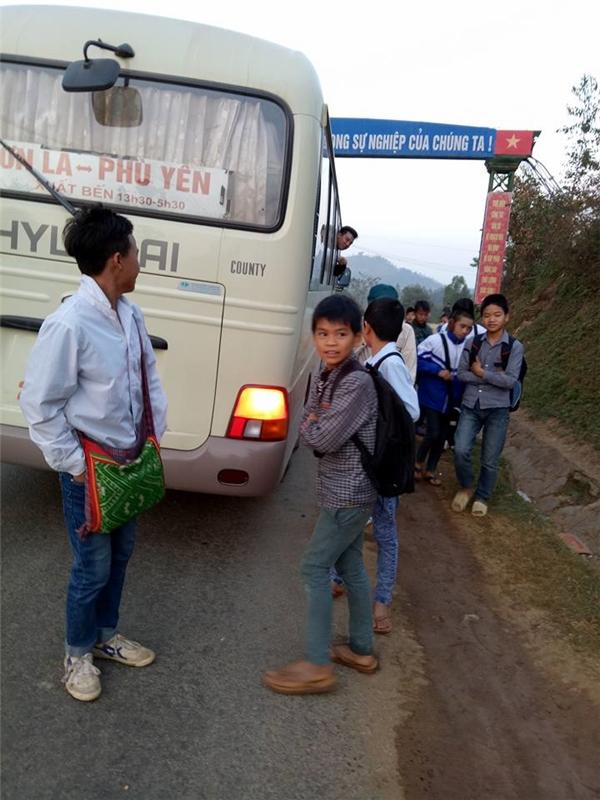 Chuyến xe 0 đồng hoạt động đều đặn mỗi ngày để đưa các em vùng cao đến lớp.