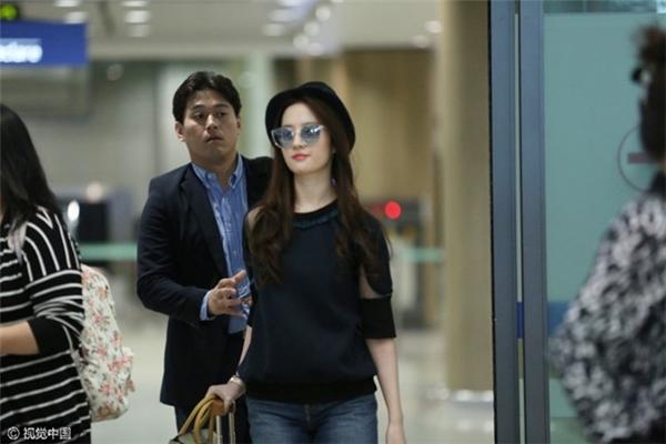 Hồi đầu tháng 10 vừa qua, Lưu Diệc Phi cũng bị bắt gặp bí mật tới Hàn Quốc để dự sinh nhật thứ 40 của người yêu.