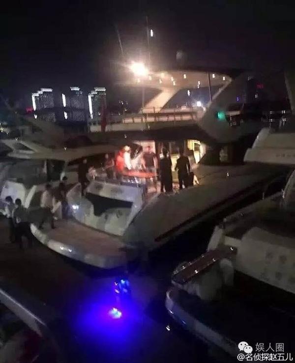 Tháng 8 vừa rồi, Song Seung Hun cũng lặng lẽ bay đến Thượng Hải để chúc mừng sinh nhật bạn gái. Fan phát hiện ra bóng dáng nam tài tử trên du thuyền, nơi tổ chức sinh nhật của Lưu Diệc Phi.