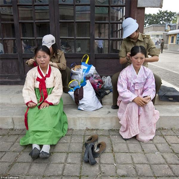 Các nữ diễn viên diện trang phục của đất nước họ.