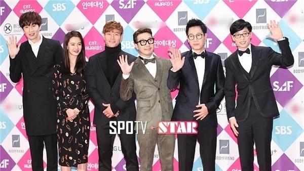 Các thành viên xuất hiện trong trang phục đơn giản nhưng vẫn trở thành tâm điểm của sự kiện.