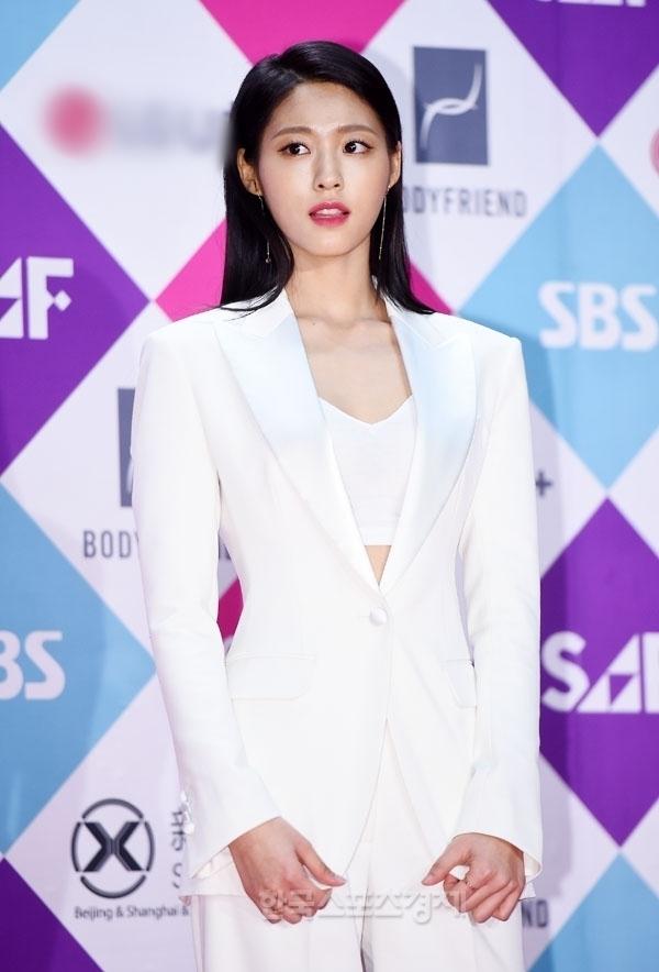Bộ cánh quyến rũ nhưng phong cách trang điểm khiến Seolhyun (AOA) trông có phần già dặn hơn số tuổi 21 của cô rất nhiều.