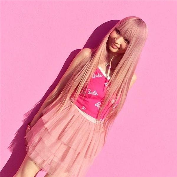 Từ mái tóc đến phong cách trang điểm đều giống búp bê Barbie.