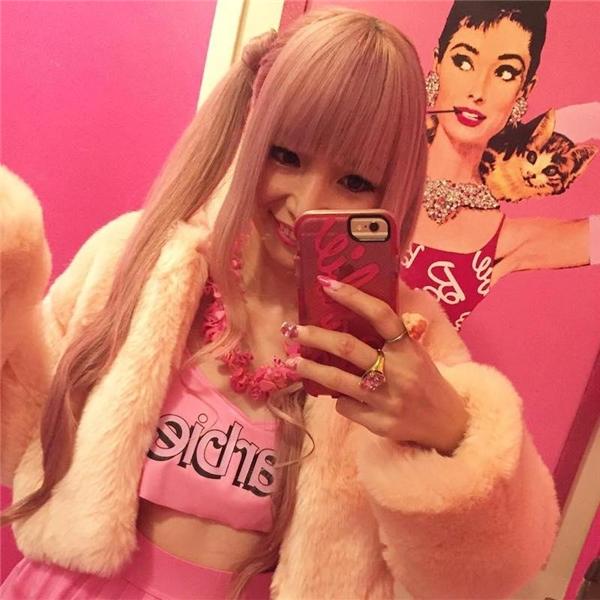 Sakamoto sở hữu những bộ quần áo nghìn đô mang thương hiệu Barbie, đó là những bộ đồ lót với tông màu hồng chủ đạo.