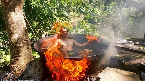 Nếu nhìn từ xa, bạn sẽ giật mình vì người ngồi bên trong nồi giống như đang được luộc chín, nhưng thực tế, ngọn lửa được một nhân viên điều chỉnh để nước nóng lên một cách từ từ, và giữ nhiệt độ ở mức đủ ấm để du khách không bị bỏng khi tắm. Ảnh: Michael Diez/Mediadrumword.