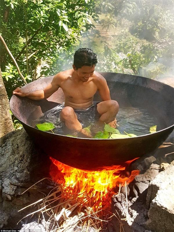 Hết hồn với cảnh tắm nước nóng như đang bị luộc trên bếp lửa