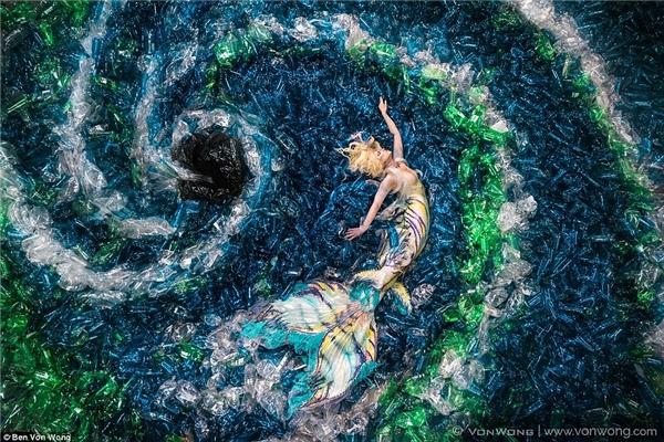 Von Wong chợt nảy ra ý tưởng xây dựng hình ảnh nàng tiên cá vẫy vùng giữa biển khơi làm bằng chai lọ.