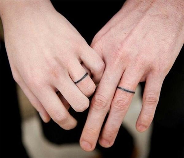 Chẳng cần tốn tiền mua nhẫn, mình xăm thẳng lên ngón tay thế này để không bao giờ quên nhau nhé.