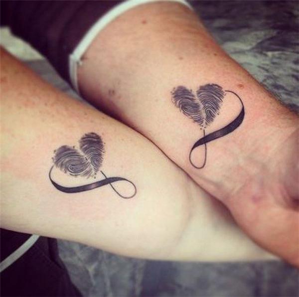 Trái tim này được tạo thành từ dấu vân tay của hai đứa mình đấy.