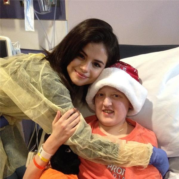 Selena Gomez đến thăm các em nhỏ đang nằm viện tại quê nhà Texas.