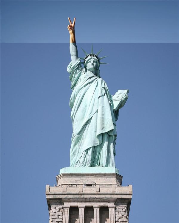 Nữ thần Tự do cũng biết giơ tay chữ V.
