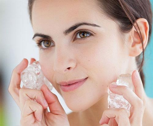 Chườm đá vào chỗ đau răng sẽ giúp tê liệt cơn đau nhanh chóng.