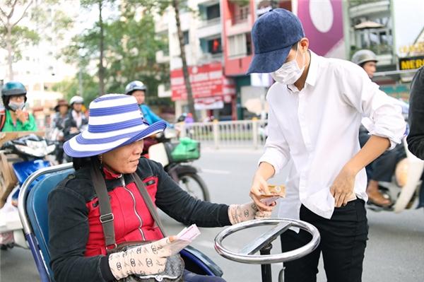 Sau lùm xùm đạo nhạc, Vũ Cát Tường giản dị đi làm từ thiện - Tin sao Viet - Tin tuc sao Viet - Scandal sao Viet - Tin tuc cua Sao - Tin cua Sao