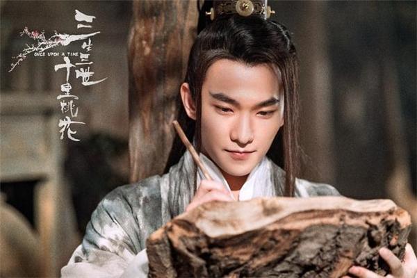 Đóng cặp với Lưu Diệc Phi là Dương Dương. Nam diễn viên sẽ thủ vai kép Dạ Hoa Quân (vị hôn phu của Bạch Thiển) và Chiến Thần Mặc Uyên (sư phụ của Bạch Thiển).