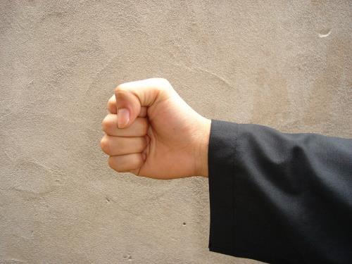 Việc nắm chặt ngón cái sẽ giúp khắc phục các cơn buồn nôn do say tàu xe.