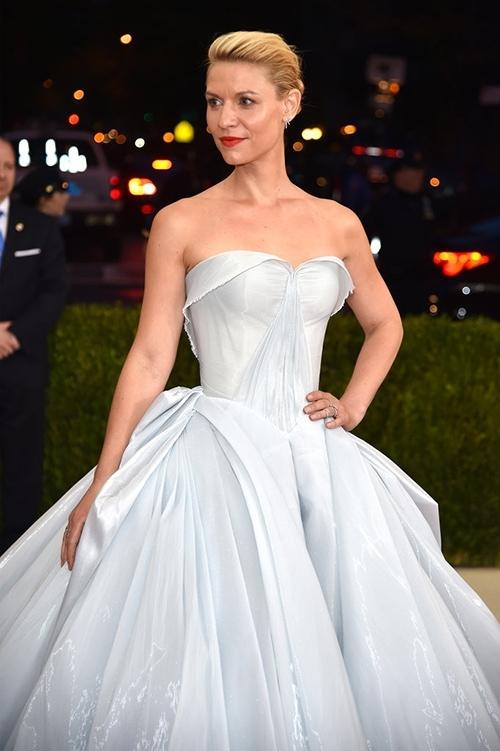 Gây chú ý nhất trên thảm đỏ này chính là Claire Dannes. Nữ diễn viên đã mang đến một thiết kế đầm xòe đơn giản nhưng khiến nhiều người phải choáng ngợp vì sự độc đáo. Ngay cả khán giả theo dõi Met Gala 2016 qua các phương tiện truyền thông phải thán phục trước tài năng của nhà thiết kế đã tạo ra chiếc đầm này.