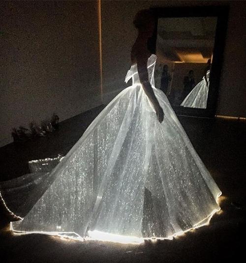 Những chiếc váy phát sáng khiến người xem trố mắt, thích thú