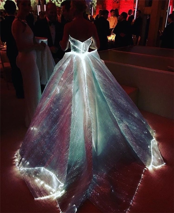 """Trong điều kiện ánh sáng bình thường, chiếc đầm không có gì đặc biệt. Tuy nhiên khi vào những vùng tối, thiết kế này đột nhiên phát sáng làm nhiều người liên tưởng đến bầu trời đêm tràn ngập những vì sao lấp lánh. Đây được xem là bộ cánh đẹp, tinh tế và phù hợp nhất với chủ đề của Met Gala năm nay """"Con người và máy móc: thời trang trong thời đại công nghệ""""."""