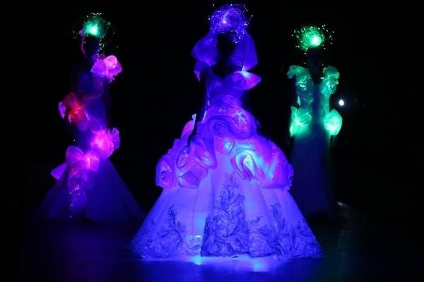 Khán giả tại Việt Nam cũng từng được chiêm ngưỡng những thiết kế phát sáng tương tự. Đó chính là 3 chiếc váy cưới xuất hiện trong bộ sưu tập của nhà thiết kế Somatra đến từ Nhật Bản được trình làng trong khuôn khổ Tuần lễ Thời trang Quốc tế Việt Nam 2015.