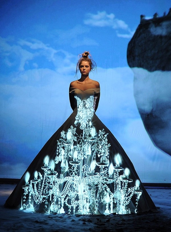 Chiếc váy này lại được tạo điểm nhấn bằng những họa tiết phản quang tạo không gian 3 chiều độc đáo.