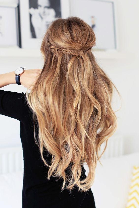 Những bím tóc nhỏ cột lại phía sau theo kiểu công chúa lúc nào cũng tạo cho người khác cảm nhận về một cô nàng hiền lành, ngoan ngoãn. Đây quả là một kiểu tóc lí tưởng cho những cô nàng tiểu thư ham làm đẹp vàmuốn có một vẻ ngoài tinh tế, kín đáo.