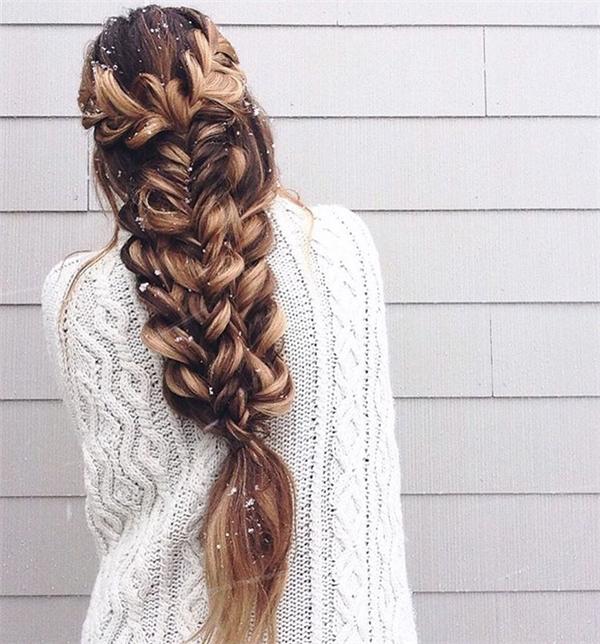 Thật không thể tin được mái tóc đẹp đến mê hồn này hoàn toàn được tết bằng tay. Những lọn tóc đan vào nhau với hình trái tim xếp chồng khiến bạn gái trông như nàng công chúa của Disney, kiểu tóc này còn đặc biệt lộng lẫyhơn khi có sắc nhuộm vàng nổi bật.
