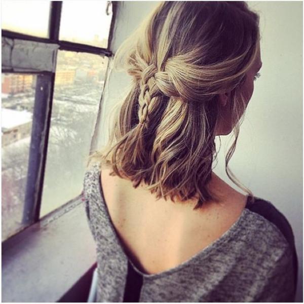 Ai bảo tóc ngắn thì không thể tết được, tóc ngắn vẫn có thể tết xinh lung linh đấy thôi. Cách thắt bím đuôi tôm phối hợp với đuôi sam sẽ khiến cho mái tóc của bạn trở nên không hề nhàm chán, vừa đơn giản, vừa năng động cá tính.