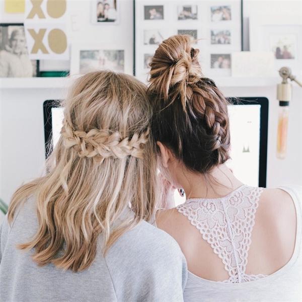 """Có bạn thân để làm gì, dĩ nhiên là để tết tóc cho nhau rồi. Ai bảo cá tính thì không chơi được với """"bánh bèo"""", vẫn có kiểu tết tóc dành riêng cho cá tính và bánh bèo đấy thôi, chẳng hạn như kiểu tết tóc búi cao khỏe khoắn và tết vòng cung ngang theo kiểu công chúa như đôi bạn gái này."""